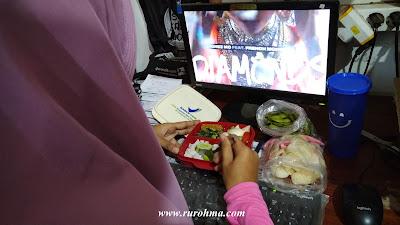 Menyiapkan Bekal Makanan untuk Dibawa ke Tempat Kerja
