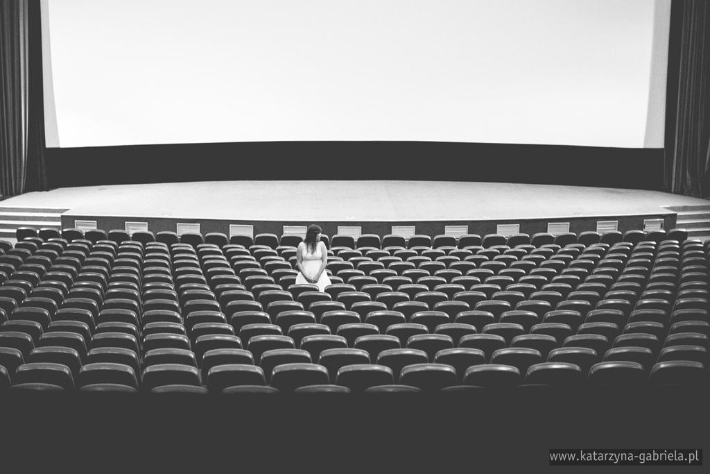 Basia i Maciek, plener ślubny, Kino Kijów.Centum, Kraków, artystyczna fotografia ślubna, fotografia okolicznościowa, fotografia ślubna, katarzyna gabriela fotografia, oryginalny plener, Bochnia, artystyczne zdjęcia ślubne, oryginalne zdjęcia ślubne, zdjęcia plenerowe, Dwór Żeleźińskich, Kraków, plener ślubny w kinie,