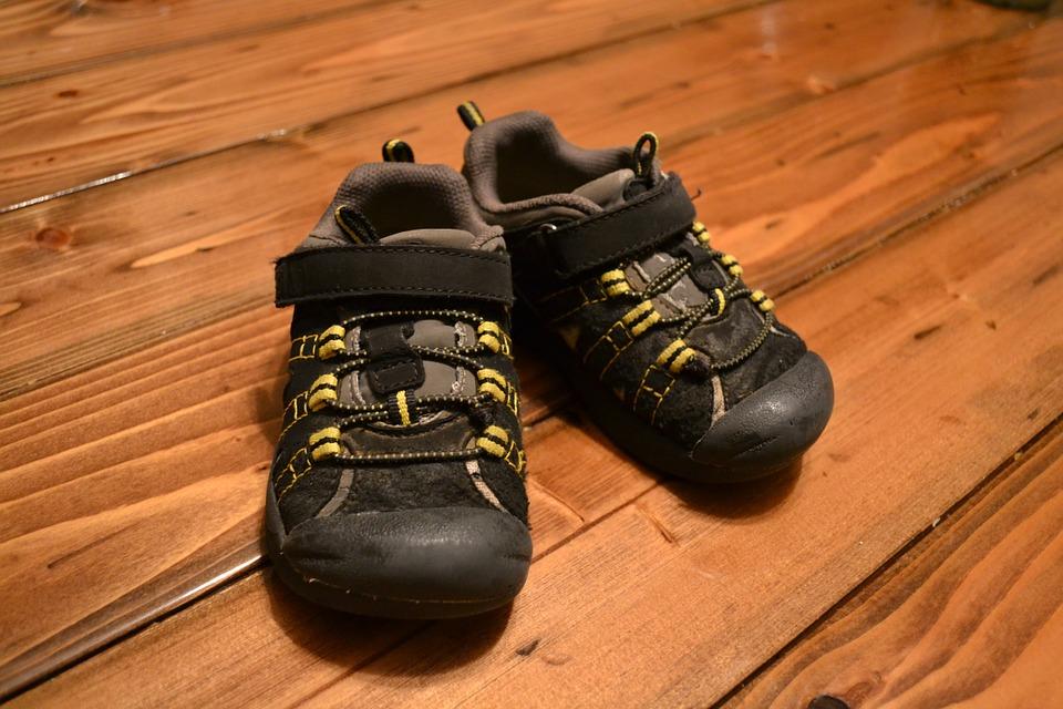 Memilih Sepatu Anak Laki-laki