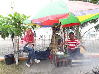 Bersama Penjual Sate Lalat, Pantai Pasir Putih Situbondo