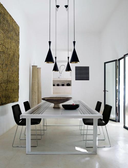 Esstisch ist von Patricia Urquiola, schwarze Stühle von Jeffrey Bernett