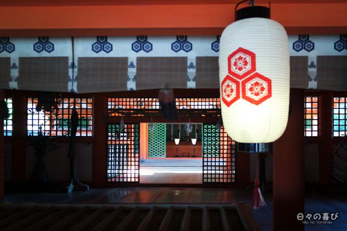 Lanternes de papier et ornements, sanctuaire Itsukushima, Miyajima, Hiroshima-ken