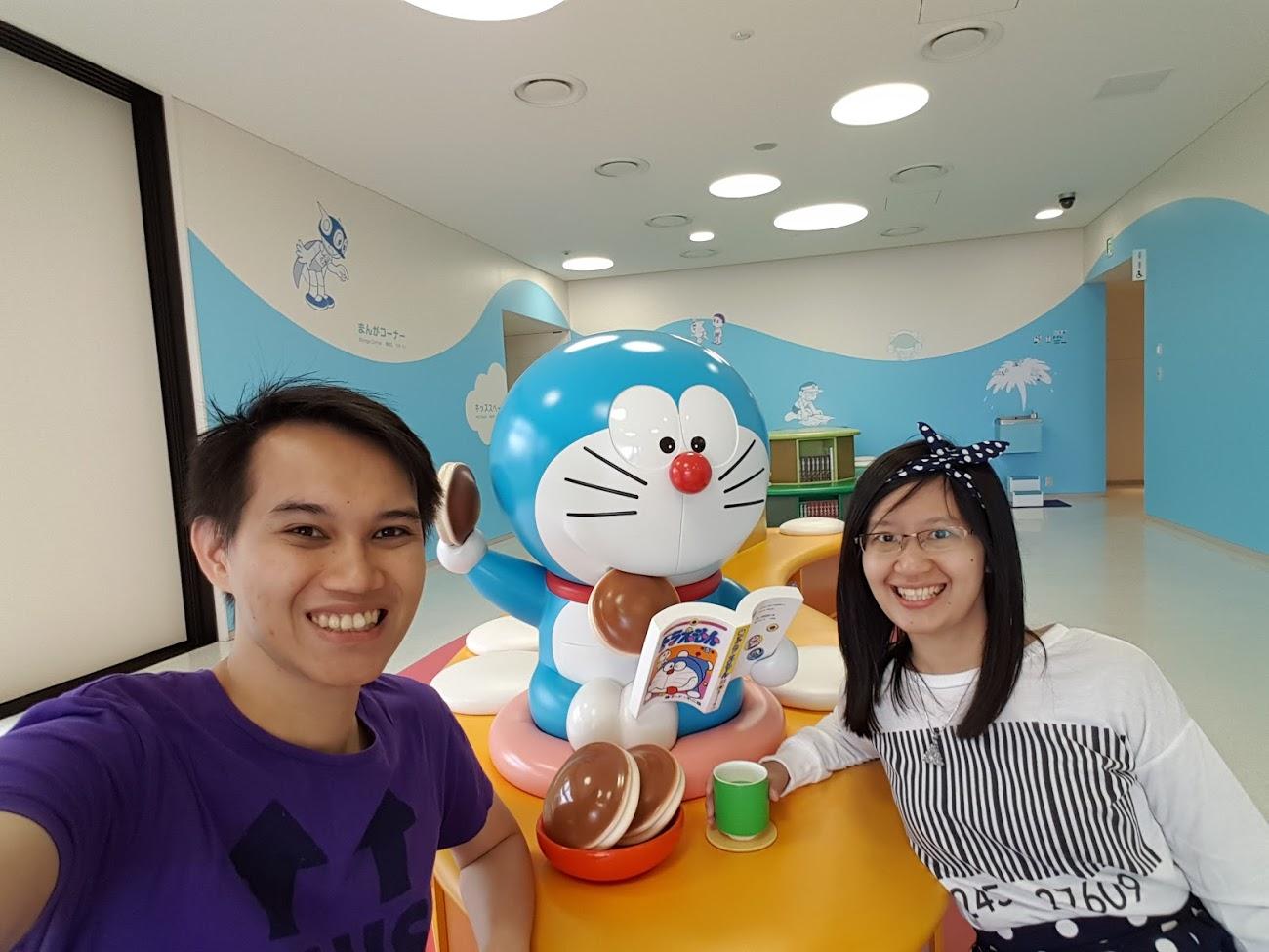 Doraemon lagi asik baca komik Doraemon