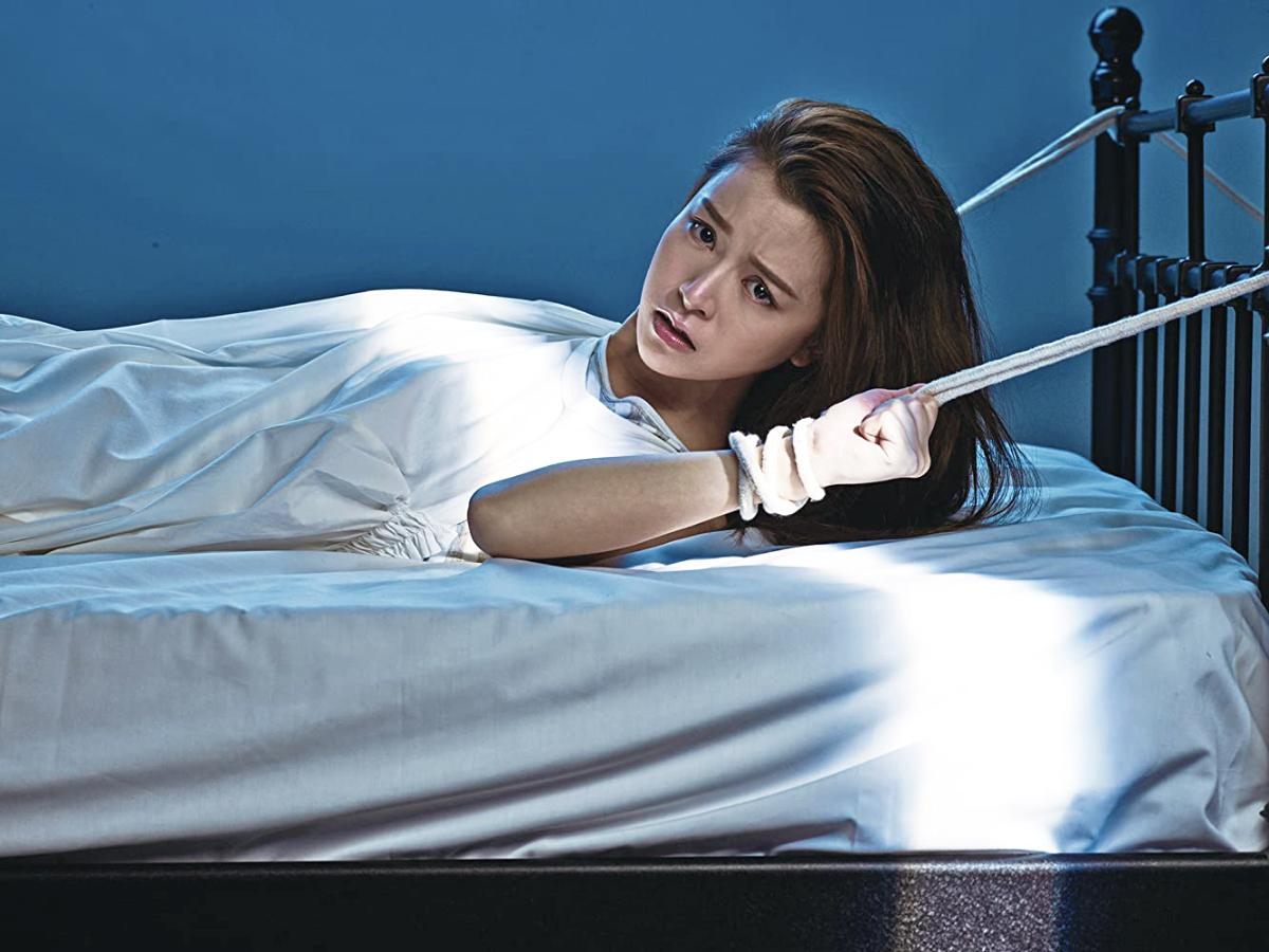 Cewek hongkong Janice Man terikat di atas ranjang