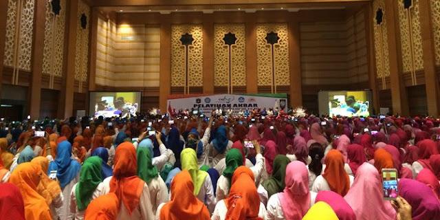 Serunya Goyang Maumere, Presiden Jokowi dan Ibu Negara Iriana Bersama Ibu-ibu Guru PAUD