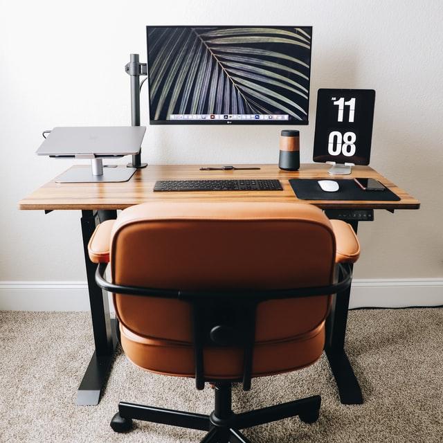 Monitor de tela plana em mesa de madeira marrom