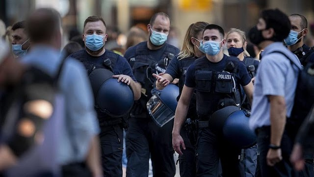Hundreds of people attack police officers in Frankfurt