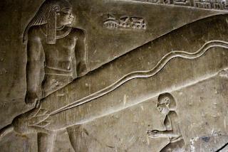 relief raksasa di piramida