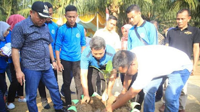 Bersama Rektor ULB, Bupati Labuhanbu Tanam 70 Pohon Manggis