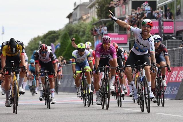 Giacomo Nizzolo comemora sua primeira vitória no Giro d'Italia