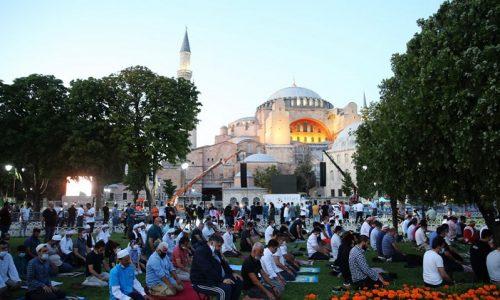 Σε μία ιστορική πρόκληση, με την παγκόσμια κοινότητα να καταδικάζει και τον Ερντογάν να αδιαφορεί «σφραγίστηκε» η μετατροπή της Αγίας Σοφίας σε τζαμί.