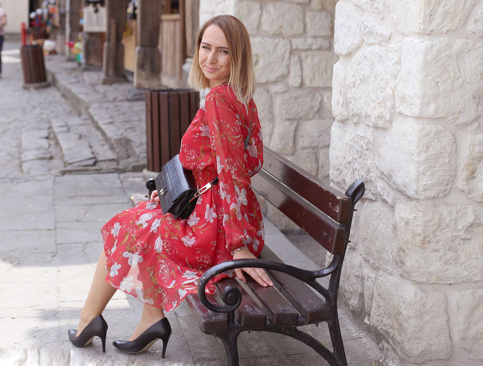 Czerwona sukienka na rynku w Kazimierzu Dolnym