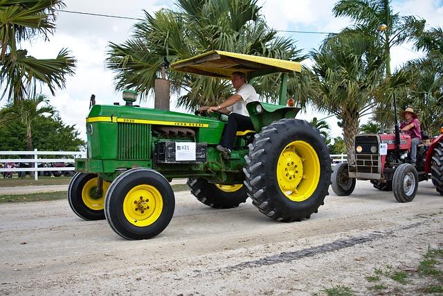 Dalam pemeriksaan traktor ini tidak semua diperiksa, hanya beberapa bagian saja yang kita periksa. Pemerisaan traktor roda empat dibagi menjadi tiga bagian. Akan tetapi yang kita has di sini hanya 2 saja yaitu pemeriksaan harian dan pemeriksaan mingguan