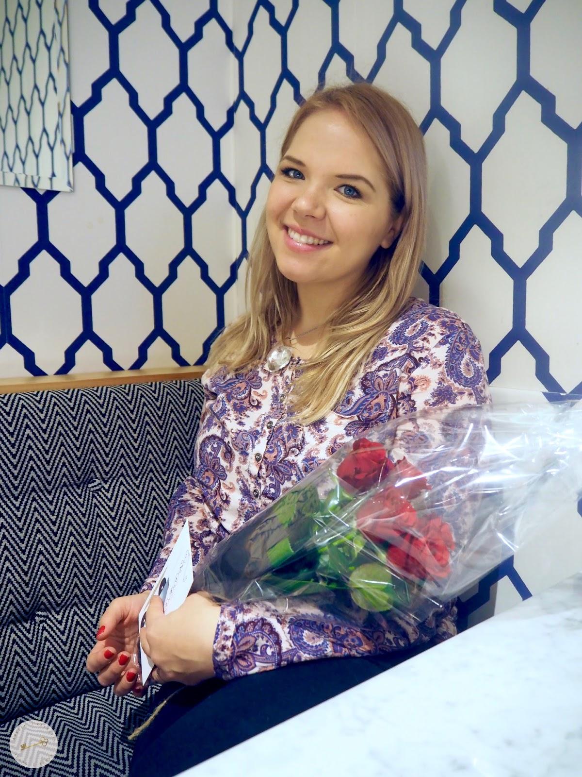 Onnellinen maisteri ruusujen kanssa.