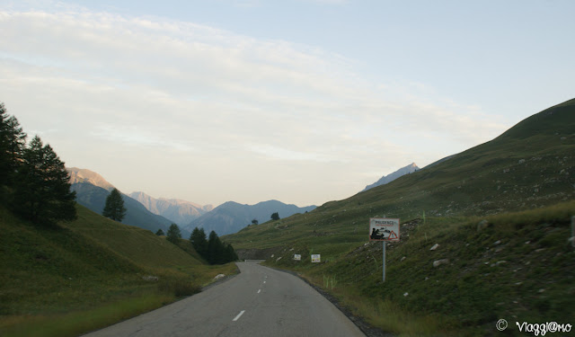 La bella strada che collega l'Italia dalla Francia attraverso il Colle della Maddalena