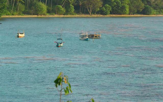 Kapal nelayan tertambat di tepi pantai