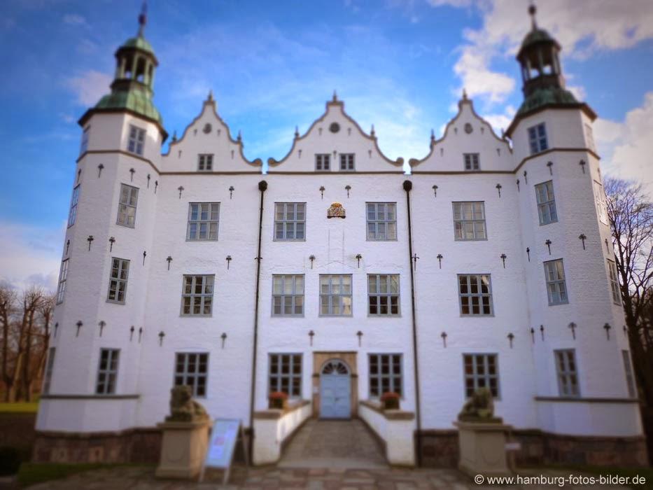 Schloss Ahrensburg, Frontansicht bei schönem Wetter