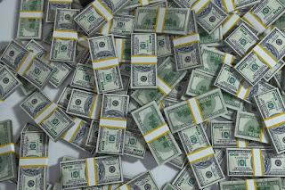 Dinero: billetes de dólar americano sobre la mesa