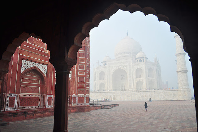 taj mahal agra early morning mist fog