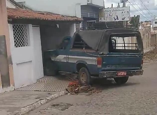 Em Delmiro Gouveia, veículo colidi em residência