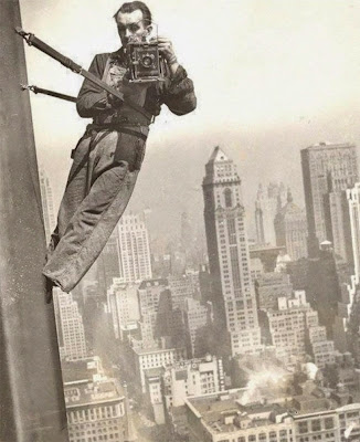 Fotografía vintage hombre colgando de un edificio.