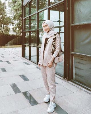 Melody Prima pamer gaya kasual dan seksi manis dengan jilbab