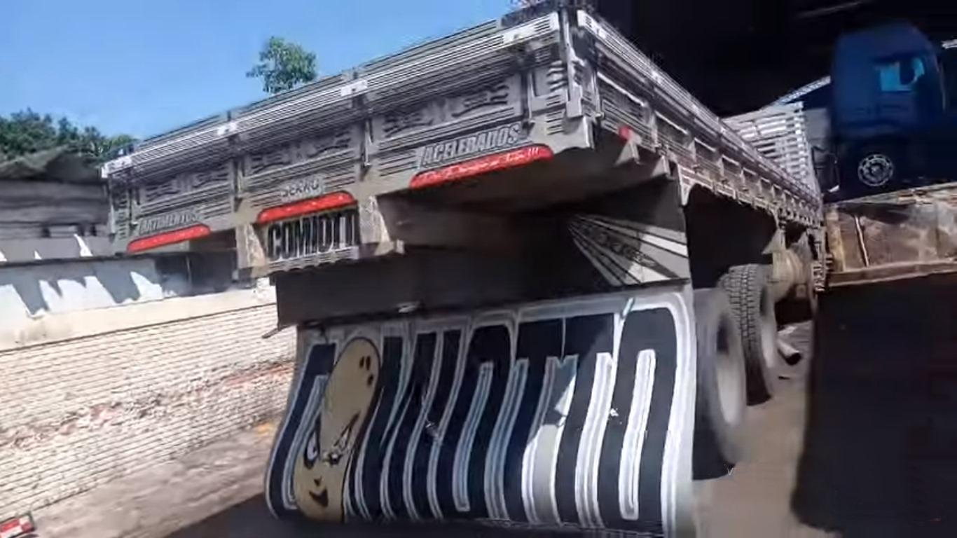 Polícia Rodoviária manda abaixar traseira do caminhão do Cabelo batateiro