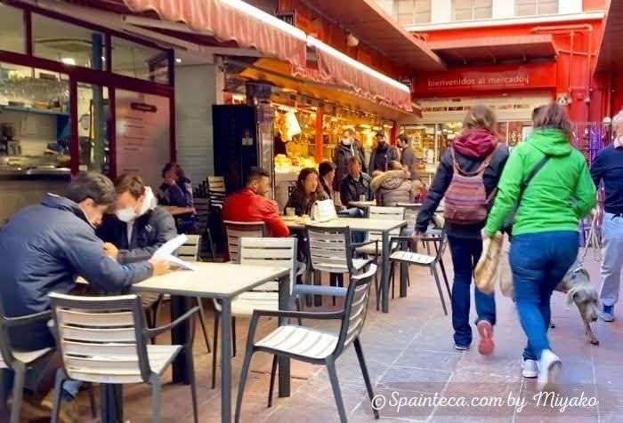 テラス席で食事するマドリードのラ・パス市場の入口