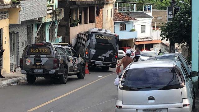 microonibus-policia-militar-desgovernado-atinge-casas-salvador-bahia