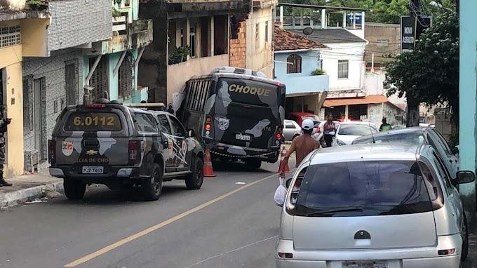 Micro-ônibus da PM atinge casas, veículos e deixa feridos em Salvador