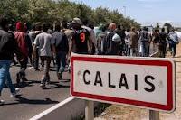 Des bénévoles de l'Auberge des migrants, association d'aide aux exilés dans les Hauts-de-France, ont découvert, vendredi 9 août, des bouchons transpercés par des clous devant leur entrepôt, à Calais. Pour l'association, cette méthode s'inscrit dans une stratégie d'intimidation plus globale.