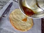 Tort Dobos (reteta de foi si crema) preparare caramel - turnam zaharul topit peste ultima foaie
