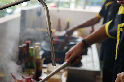 Juara Ayam dan Seafood Pontianak dengan konsep open kitchen