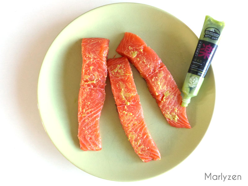 Etalez le wasabi sur le saumon.