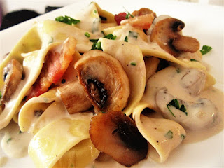 Noodles with cream and mushrooms