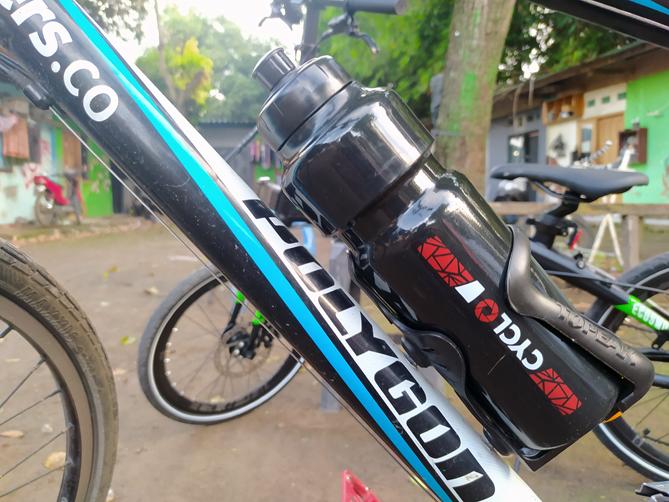 Memasang tempat botol minum sepeda
