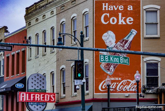 Esquina da Beale Street com o Bulevar B.B. King, o ponto mais fervido da passarela do Blues em Memphis, Tenessi