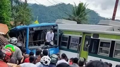 Kereta Api Sibinuang Hantam Trans Padang