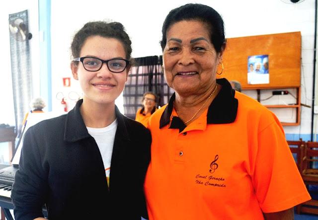 Coral Intergeracional da Ilha une Ana Beatriz , 14 anos, e Flora, 82, numa mesma voz