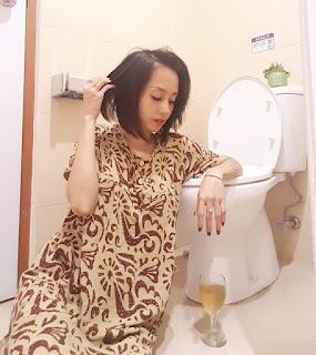 Viral Selfie Emak2 Di WC Yang Kinclong