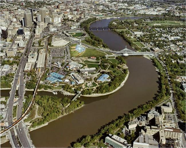 LBell MTS Place è un centro polifunzionale al coperto situato nel centro cittadino di Winnipeg, nella provincia del Manitoba, in Canada.