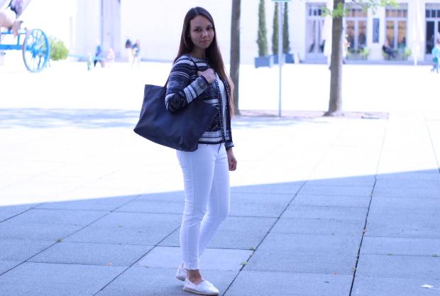 Fashionblogger mit weißer jeans