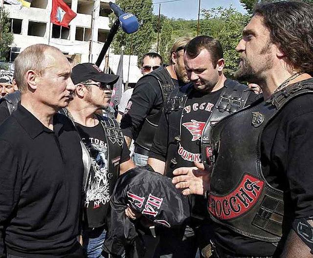 Putin confraterniza com os 'Lobos da noite' que prometem matar os opositores.