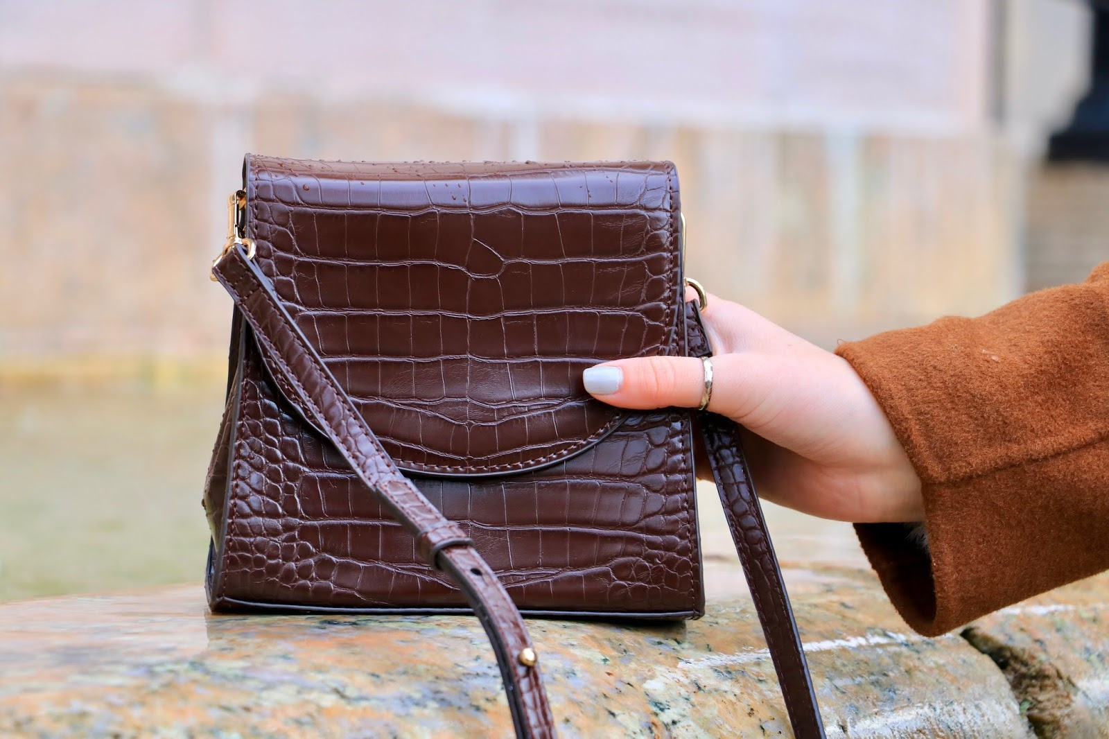 Nyc fashion influencer Kathleen Harper wearing a brown croc-effect purse from MANGO.