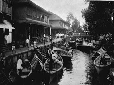 sejarah Kota Pontianak        Kota Pontianak adalah Ibukota Provinsi Kalimantan Barat (yang juga tempat tinggal saya). Kota Pontianak dilintasi oleh garis khatulistiwa dengan Tugu Khatulistiwa sebagai penanda dan landmark dari Kota Pontianak. Kota Pontianak juga dibelah oleh dua sungai besar yaitu Sungai Landak dan Sungai Kapuas (Sungai Terpanjang di Indonesia). Pendiri Kota Pontianak adalah Syarif Abdurrahman Alkadrie. yang merupakan seseorang keturunan Arab, anak Al Habib Husein, yang juga seorang penyebar agama Islam dari Jawa. Al Habib Husein datang ke Kerajaan Matan pada 1733 Masehi. Al Habib Husein menikah dengan putri Raja Matan (kini Kabupaten Ketapang) Sultan Kamaludin, bernama Nyai Tua. Dari pernikahan itu lahirlah Syarif Abdurrahman Alkadrie, yang meneruskan jejak ayahnya menyiarkan agama Islam.  Syarif Abdurrahman melakukan perjalanan dari Mempawah dengan menyusuri sungai Kapuas. Ikut dalam rombongannya sejumlah orang yang menumpang 14 perahu. Di Pontianak, ia kerap diganggu oleh hantu Kuntilanak yang memang jadi penghuni di hutan sepanjang Sungai Kapuas. Syarif Abdurrahman menembakkan meriam ke tiga tempat yang kemudian jadi 3 titik pembangunan Pontianak. Ternyata, tembakan meriam yang suaranya sangat kencang itu berhasil menakuti para kuntilanak sehingga mereka pergi dari hutan Pontianak. Rombongan Abdurrahman sampai di muara persimpangan Sungai Kapuas dan