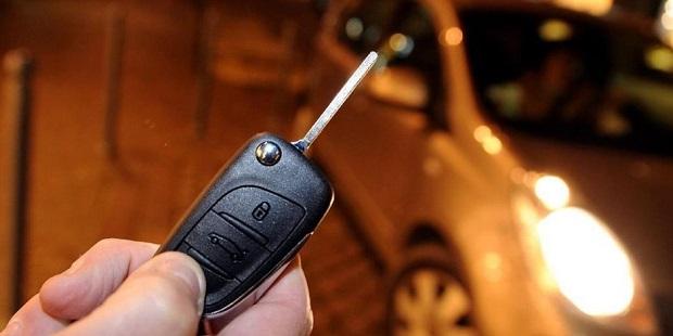 Insolite : le voleur se retrouve enfermé dans la voiture qu'il tente de dérober!