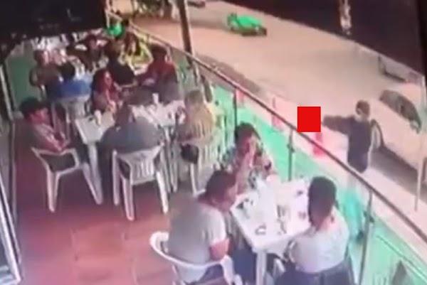 Graban momento en que sicario mata a cliente en restaurante de Guanajuato.