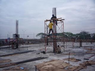 Kolom yakni batang tekan vertikal dari rangka struktur yang memikul beban dari balok Kolom Bangunan || Pengertian, Jenis dan Fungsinya