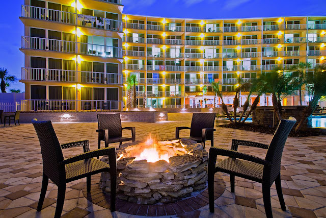 """Choose your own reason why Holiday Inn Resort Daytona Beach Oceanfront is the best experience on """"The World's Most Famous Beach."""" Maybe it's the breezy bar and grill overlooking the large oceanfront swimming pool or the lushly landscaped tropical courtyard. It could be its remarkably stylish rooms and suites equipped with private balconies, mini-refrigerators, microwaves and complimentary wireless Internet."""