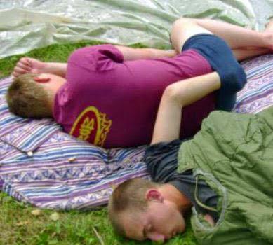 demotivierende Bilder - lustige Männer schlafen - Schlafbilder Camping